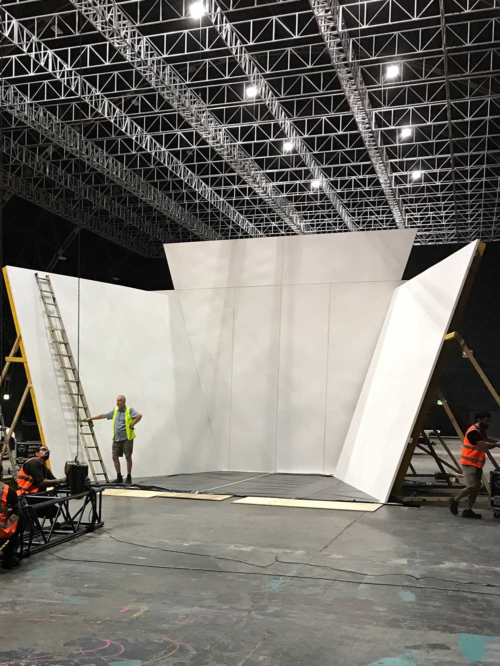 The Showoff Person, The Voice set construction